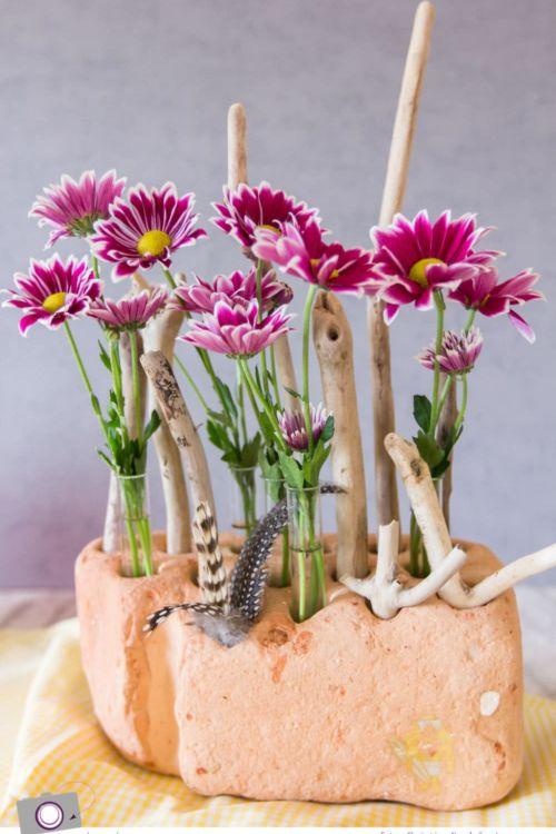 Beach Deko DIY: aus Blumen, Reagenzgläsern und einem Backstein aus der Ostsee
