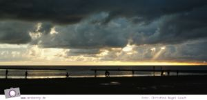 Camping an der Nordsee - mit Zelten Kind und Hund im Nordsee-Camp in Norddeich: dramatischer Sonnenuntergang über der Nordsee