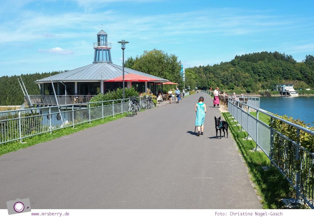 Biggesee im Sauerland - ein Tagesausflug mit Kind und Hund   Spaziergang entlang der Biggetalsperre - Leuchtturm am Biggesee