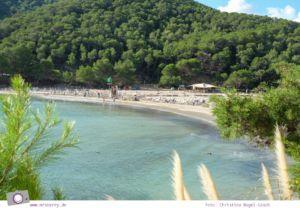 Ibiza mit Kindern - Reisebericht mit Tipps für die Region Santa Eularia: Badespaß am Strand Cala Llonga