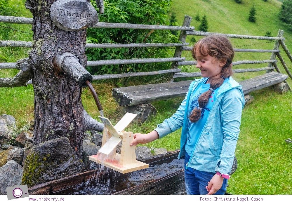 Familienurlaub in Kärnten - Feriendorf Kirchleitn mit Ranger Tagen für Kinder: selbstgebaute Wassermühle ausprobieren [Österreich, Wandern im Nockberge Nationalpark]