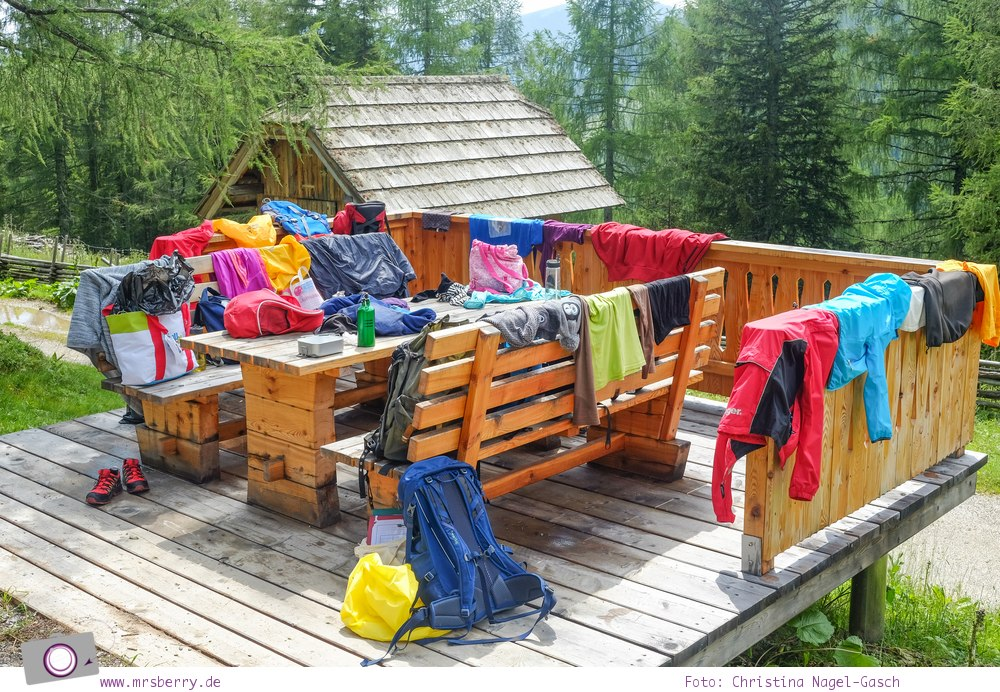 Familienurlaub in Kärnten - Feriendorf Kirchleitn mit Ranger Tagen für Kinder: Sachen trocknen an der Lärchenhütte [Österreich, Wandern im Nockberge Nationalpark]