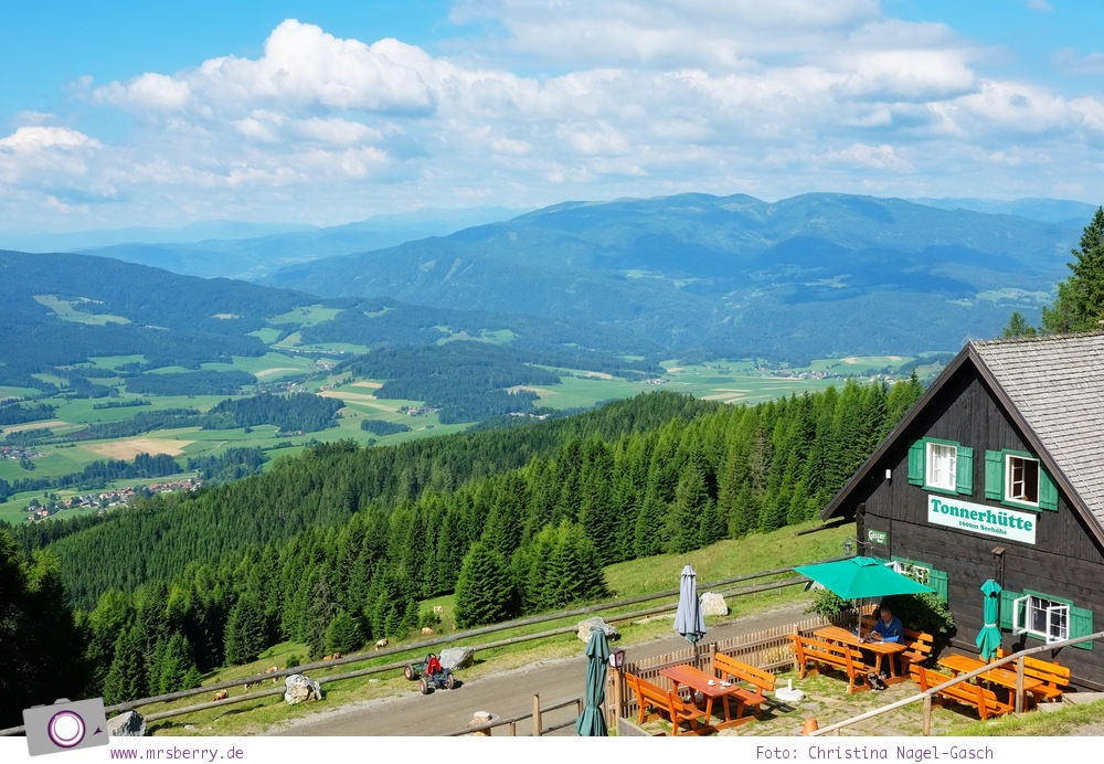 Urlaub Zirbitzkogel in der Steiermark - Wandern mit Kind und Hund | Aussicht von der Tonnerhütte auf 1.600 Meter Seehöhe