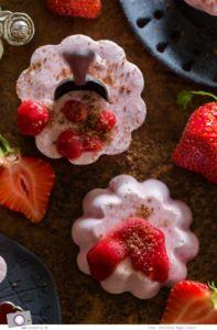Erdbeereis selber machen - ohne Eismaschine   Rezept für selbstgemachtes Eis aus Erdbeeren, Joghurt und Sahne.