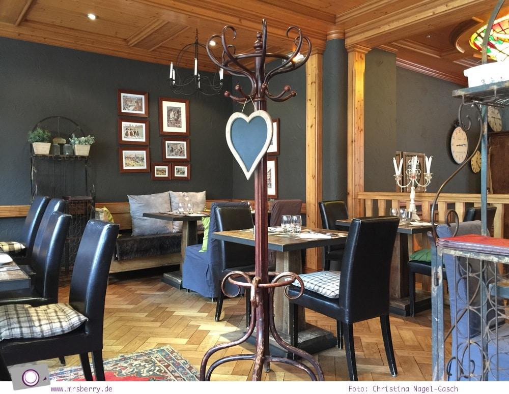 Hausbooturlaub in Frankreich: aus dem Rhein-Marne-Kanal in Elsass-Lothringen | Unser Liegeplatz im Hafen von Saverne - lecker Schmackofatz im Restaurant La Marne.