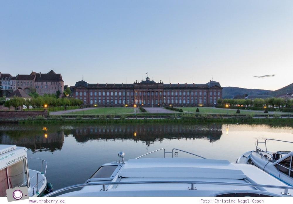 Hausbooturlaub in Frankreich: aus dem Rhein-Marne-Kanal in Elsass-Lothringen | Unser Liegeplatz im Hafen von Saverne mit traunhafter Aussicht auf Schloss Rohan.