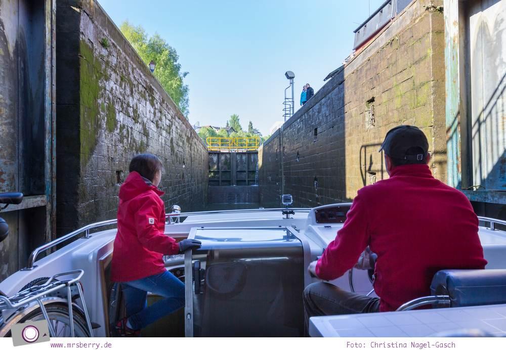 Hausbooturlaub mit Kind in Frankreich: auf dem Rhein-Marne-Kanal in Elsass-Lothringen | Ein Tag in Saverne - Taverna Katz, ein Fachwerkhaus mit schöner Fassaden-Schnitzkunst.