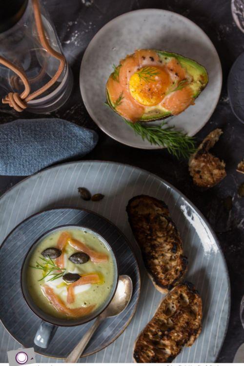 Tasse voll Gurken-Avocado-Suppe mit Lachs an gebackener Avocado mit Lachs und Ei