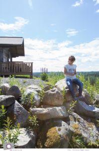 Urlaub in Schweden | im idyllischen Ferienhaus in Smaland - in Vetlanda | Naturspielplatz Wald - die Kinder spielen mit Steinen und schnitzen Stöcke
