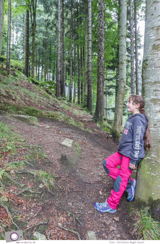 Mit dem Merrell Capra Bolt Lace Kinder Wanderschuh sicher und trockenen Fusses unterweges im Wald.