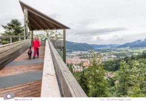 ZweiTälerLand im Schwarzwald: Familienausflug zum Baumkronenweg im Naturerlebnispark Waldkirch - Baumkronenweg mit Ausblick auf geheimnisvolle Täler und die umliegenden Berge des Naturparks Schwarzwald