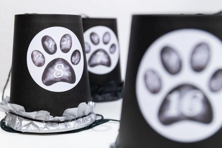 Adventskalender für Hunde basteln in Schwarz-Weiß | Ein Adventskalender DIY des MrsBerry.de Kreativ- & Reiseblog mit Adventskalender-Zahlen in Tatzen-Form zum Download | Schritt-für-Schritt Anleitung für Adventskalender aus Pappbechern
