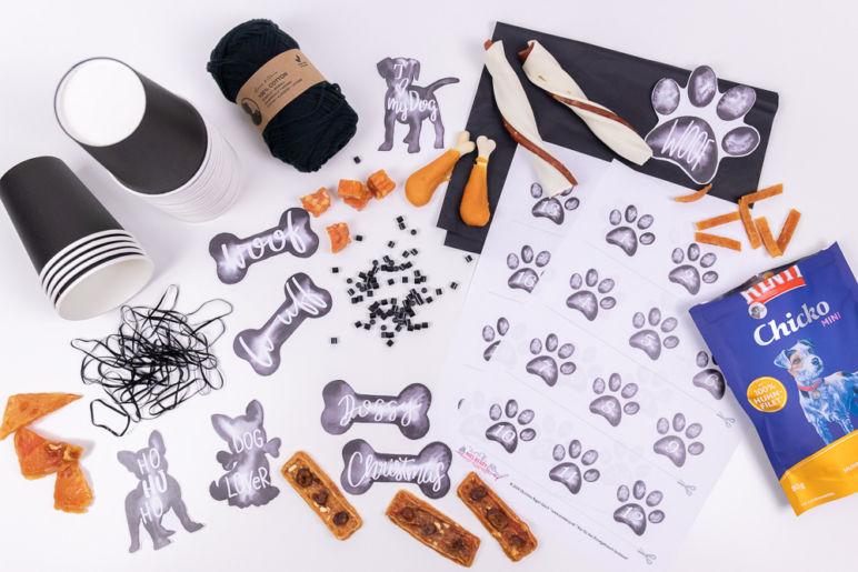 Adventskalender für Hunde basteln in Schwarz-Weiß, gefüllt mit Hundesnacks von Rinti | Ein Adventskalender DIY des MrsBerry.de Kreativ- & Reiseblog mit Adventskalender-Zahlen in Tatzen-Form zum Download