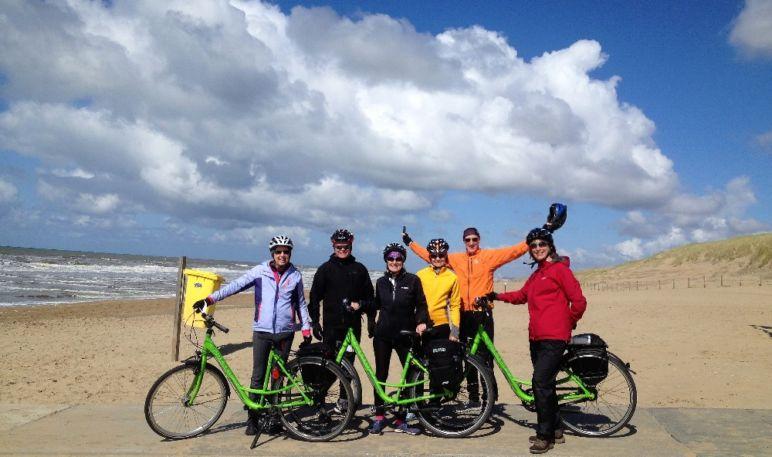 Familienurlaub in den Niederlanden - Bikers on the beach | Bild: Boat Bike Tours