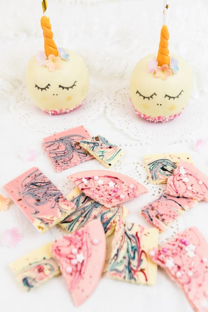 Einhorn Schokoapfel selber machen: Sind diese Einhorn Schokoladen-Äpfel nicht zuckersüß? Die sind garantiert der Hit auf der nächsten Party oder zum Kindergeburtstag. Ich zeige euch, wie ihr diese süßen Einhorn Schokoäpfel mit wenigen Handgriffen selber machen könnt. P.S. Das Rezept für Einhorn Schokolade gibts auch im MrsBerry.de Blog :)