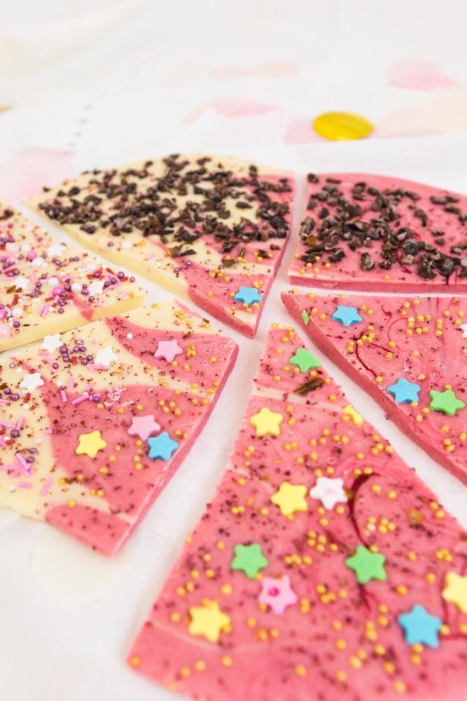 Schokolade selber machen - eine tolle Geschenkidee | Ich zeige euch, wie ihr bunte Schokolade selber machen könnt und damit tolle Geschenke für Familie und Freunde herstellt.