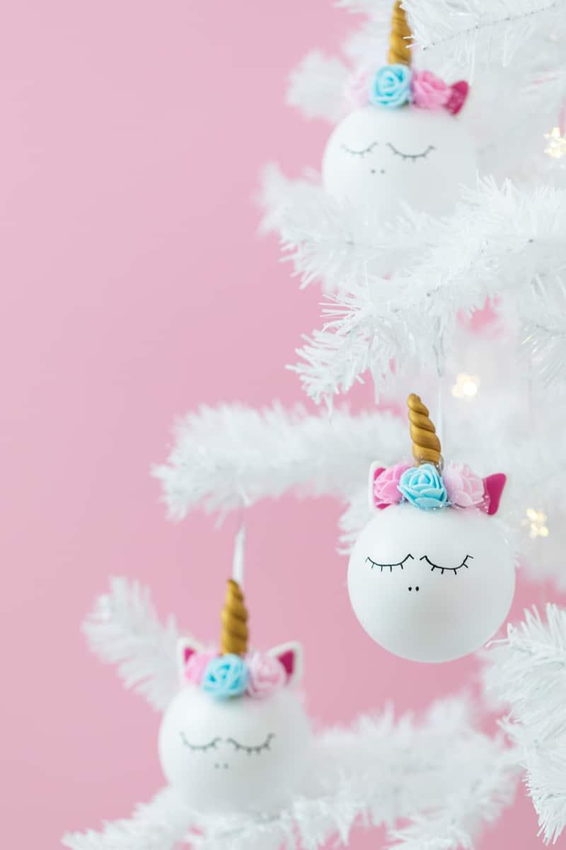 Weihnachtsdeko lässt sich schnell und einfach selber machen. Ich zeige euch, wie ihr diese süßen Einhorn Weihnachtskugeln basteln könnt. Klicke hier für die Schritt für Schritt Anleitung.