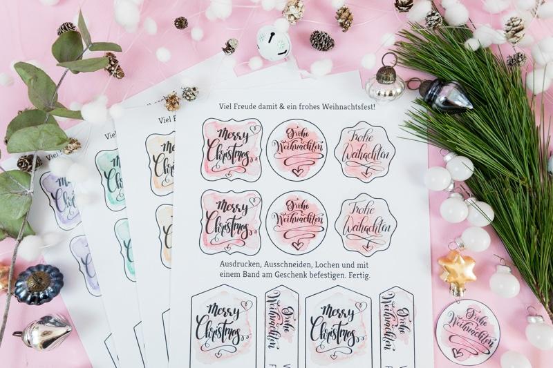 Handlettering Geschenkanhänger Freebie zum kostenlosen Download! Mit diesen liebevoll gestalteten Geschenkanhängern kannst du deine Weihnachtsgeschenke personalisieren.