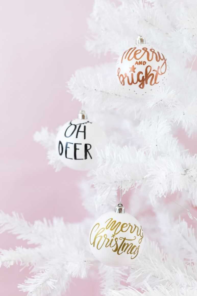 Lettering auf Weihnachtskugeln | Personalisierte Christbaumkugeln sind eine kreative Geschenkidee zu Weihnachten und verschönern jeden Weihnachtsbaum.