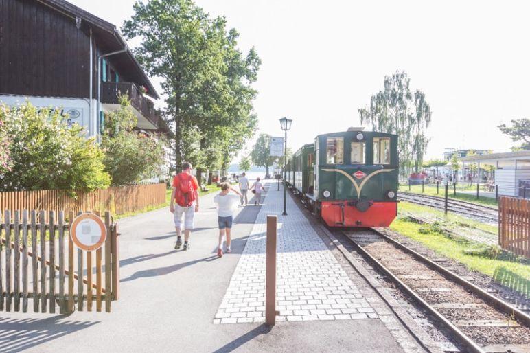 Prien am Chiemsee: Tipps für den Familienurlaub in Bayern vom MrsBerry Familien-Reiseblog | Fahrt mit der Bockerlbahn in den Ortskern von Prien.