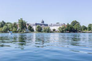 Prien am Chiemsee: Tipps für den Familienurlaub in Bayern vom MrsBerry Familien-Reiseblog   Fahrt mit dem Elektroboot und Baden im Chiemsee.