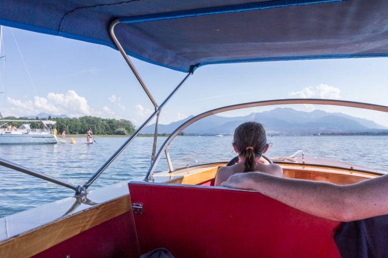 Prien am Chiemsee: Tipps für den Familienurlaub in Bayern vom MrsBerry Familien-Reiseblog | Fahrt mit dem Elektroboot und Baden im Chiemsee.