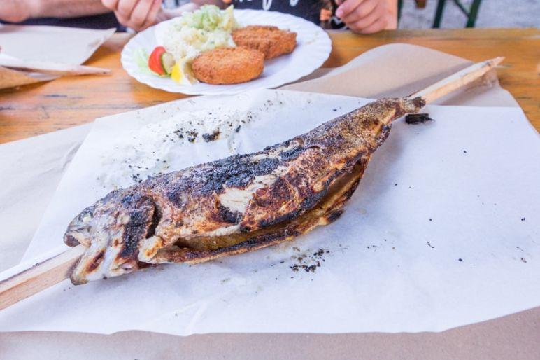 Prien am Chiemsee: Tipps für den Familienurlaub in Bayern vom MrsBerry Familien-Reiseblog | Steckerlisch essen an den Uferauen in Prien am Chiemsee.