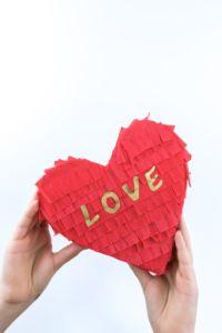 Pinata Herz basteln - eine DIY Anleitung Schritt für Schritt zum selber machen   Pinata Herzen sind eine tolle Geschenkidee zum Valentinstag, zum Kindergeburtstag oder auf Partys.