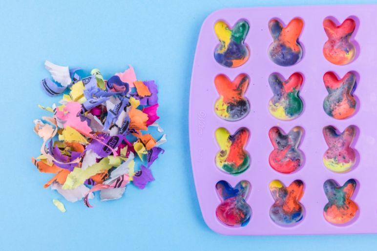 Osterhasen Wachsmalstifte Crayon DIY | Diese Hasen lassen sich prima zu Ostern basteln und sind nicht nur ein kreatives DIY zum Basteln mit Kindern sondern auch eine tolle Upcycling Idee für Wachsmalstiftreste oder zerbrochene Stifte. | Dieses und weitere DIY Ideen gibt's im MrsBerry DIY-Blog.