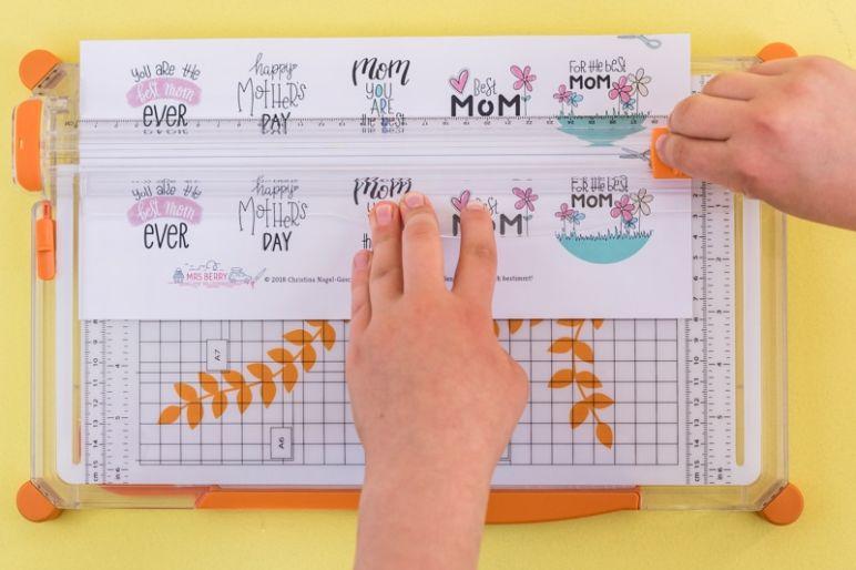 Geschenke Topper Freebie zum Muttertag - Mit einer Schneidemaschine kannst du schnell und sauber Kanten schneiden. - Die besten Wünsche und Sprüche zum Muttertag gibt es als Freebie zum kostenlosen Download im MrsBerry Familien-Reiseblog