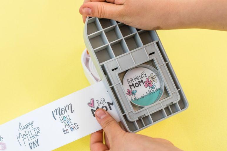 Geschenke Topper Freebie zum Muttertag - Mit einem Motiv Stanzer in Kreis Form kannst du akkurate Kreise ausstanzen. - Die besten Wünsche und Sprüche zum Muttertag gibt es als Freebie zum kostenlosen Download im MrsBerry Familien-Reiseblog