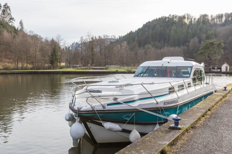 Hausbootferien in Frankreich - Familienurlaub auf dem Hausboot auf dem Rhein-Marne-Kanal in Elsass - MrsBerry Familien-Reiseblog: anlegen unterhalb des Schiffshebewerk in Arzviller