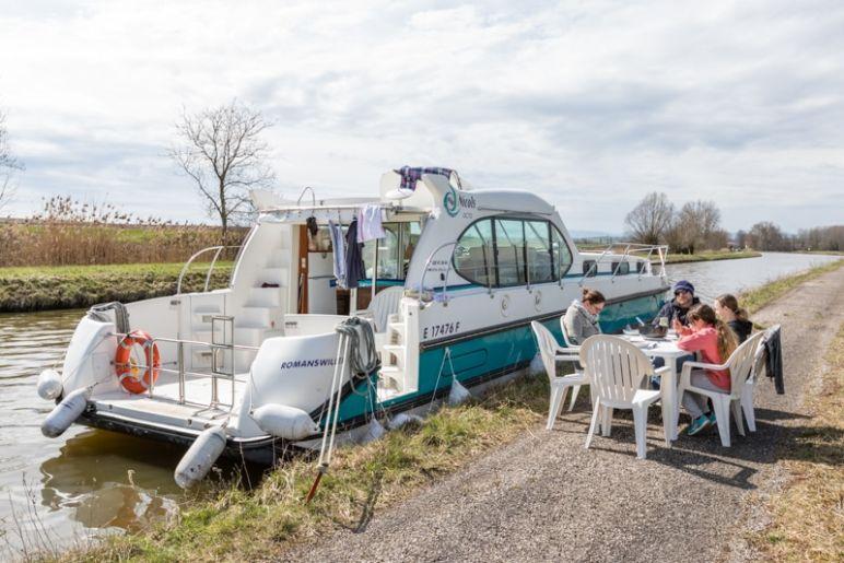 Hausbootferien in Frankreich - Familienurlaub auf dem Hausboot auf dem Rhein-Marne-Kanal in Elsass - MrsBerry Familien-Reiseblog: wild anlegen bei schönem Wetter