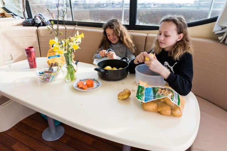 Hausbootferien in Frankreich - Familienurlaub auf dem Hausboot auf dem Rhein-Marne-Kanal in Elsass - MrsBerry Familien-Reiseblog: auch die Kinder packen mit an