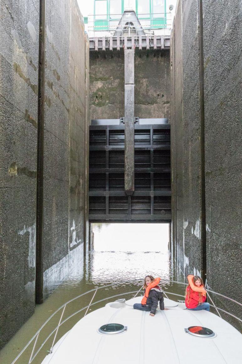 Hausbootferien in Frankreich - Familienurlaub auf dem Hausboot auf dem Rhein-Marne-Kanal in Elsass - MrsBerry Familien-Reiseblog: 16 Meter tiefe Schleuse Réchicourt-le-Château