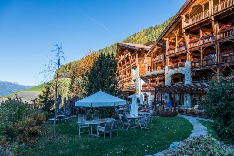 Naturhotel Lüsnerhof - Wellness und Wandern in Südtirol | Gartenanlage des Naturhoteol Lüsnerhof