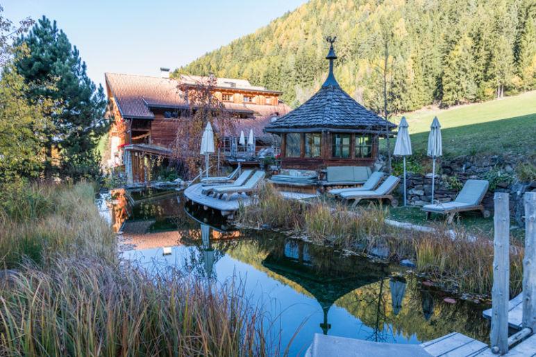 Naturhotel Lüsnerhof - Wellness und Wandern in Südtirol | Gartenanlage des Naturhoteol Lüsnerhof mit Naturbadeteich