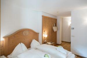 Naturhotel Lüsnerhof - Wellness und Wandern in Südtirol | Einrichtung der Zimmer - gemütlich und naturbelassenen einheimischen Hölzern möbiliert