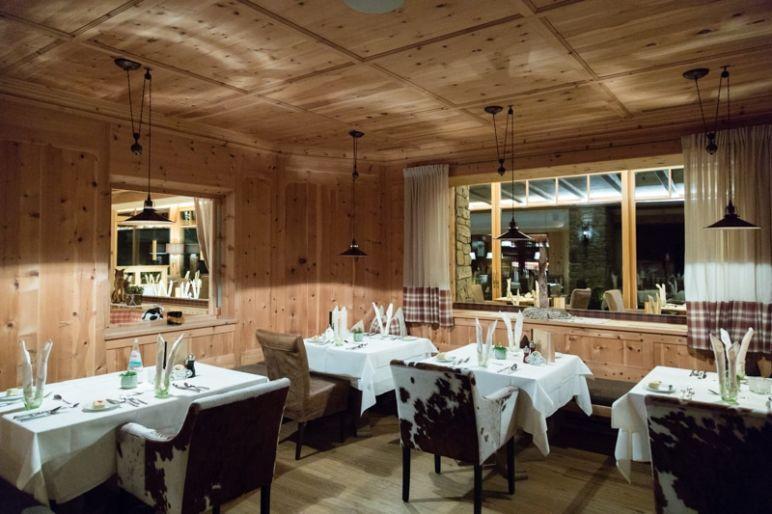Naturhotel Lüsnerhof - Wellness und Wandern in Südtirol | Naturküche geniessen im mit viel Holz eingerichteten Restaurant