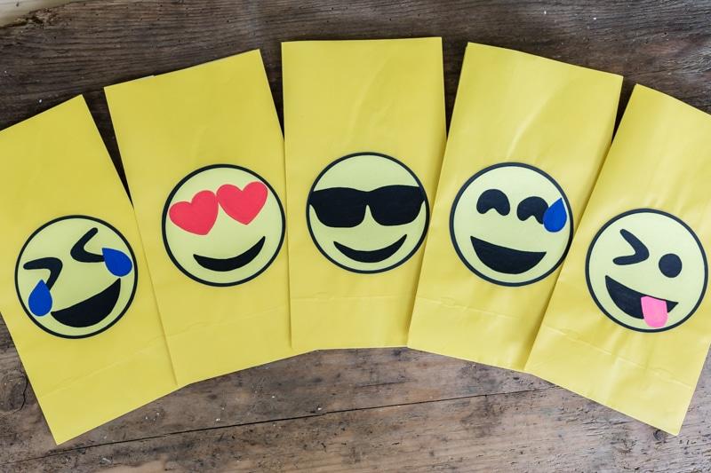 Emoji DIY Geburtstagsparty Deko Ideen zum selber machen - Geschenketüten für Mitgebsel basteln + Emoji Mitgebsel Geschenk Ideen für die Partygäste