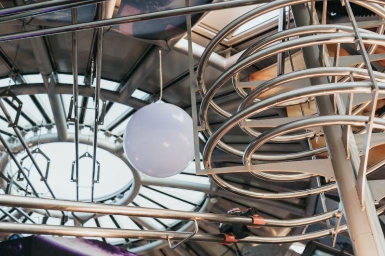 Städtereise Dresden – Sehenswürdigkeiten die du nicht verpassen solltest: Galaktisch geniessen im Achterbahn-Restaurant Schwerelos im Kugelhaus Dresden.