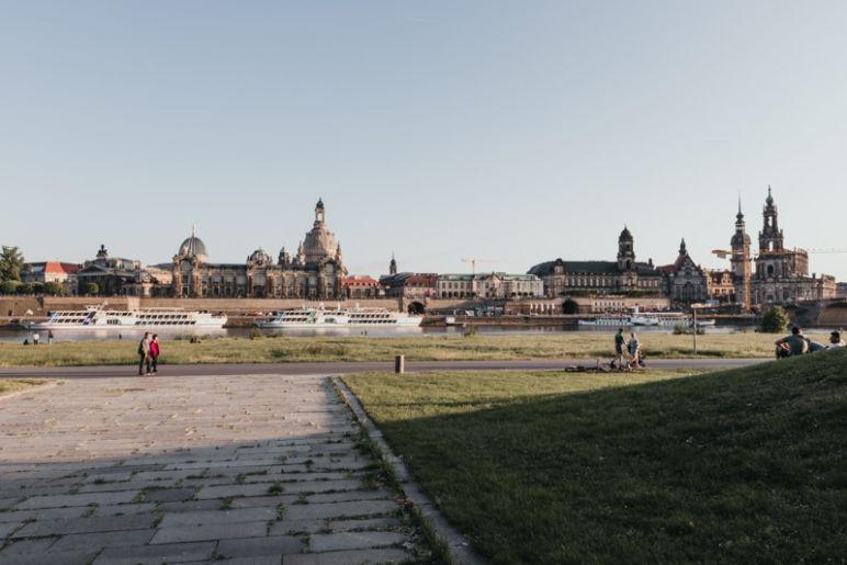 Städtereise Dresden – Sehenswürdigkeiten die du nicht verpassen solltest: Canalettoblick vom rechten Elbufer auf die Dresdner Altstadt.