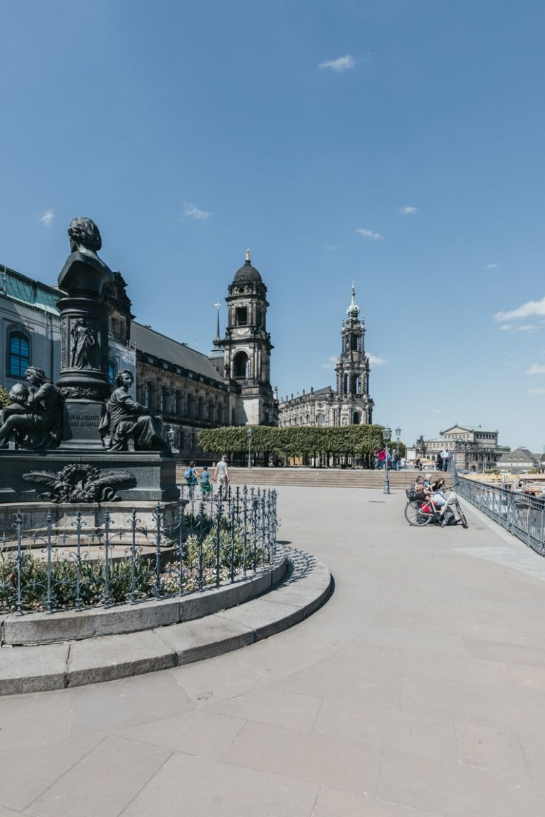 Städtereise Dresden Sehenswürdigkeiten - Die Brühlsche Terrasse mit Blick auf die Hofkirche.