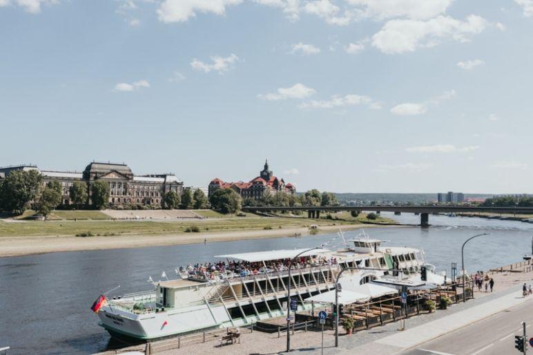 """Städtereise Dresden Sehenswürdigkeiten - Blick von der Brühlschen Terrasse auf die Elbe mit dem Salonschiff """"August der Starke"""" der Sächsischen Dampfschiffahrt."""