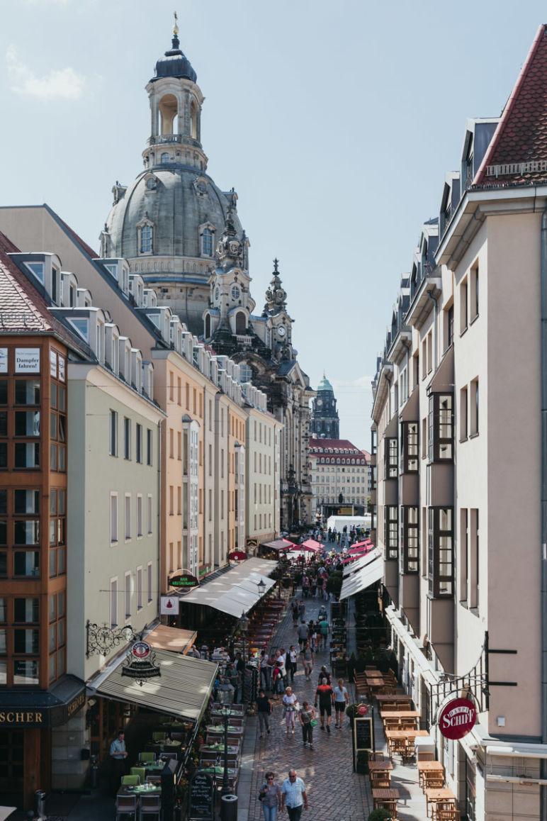 Städtereise Dresden Sehenswürdigkeiten - Blick von der Brühlschen Terrasse über die Münzgasse auf die Dresdner Frauenkirche.