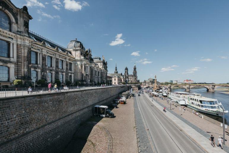 Städtereise Dresden Sehenswürdigkeiten - Die Brühlsche Terrasse mit Kunstakademie und Blick auf Hofkirche und Semperoper im Hintergrund sowie einem Dampfer auf der Elbe.