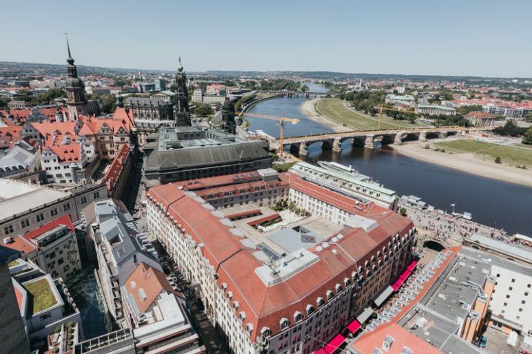 Städtereise Dresden Sehenswürdigkeiten - Die Dresdner Frauenkirche mit Ausblick von der Laterne auf die Stadt Dresden.