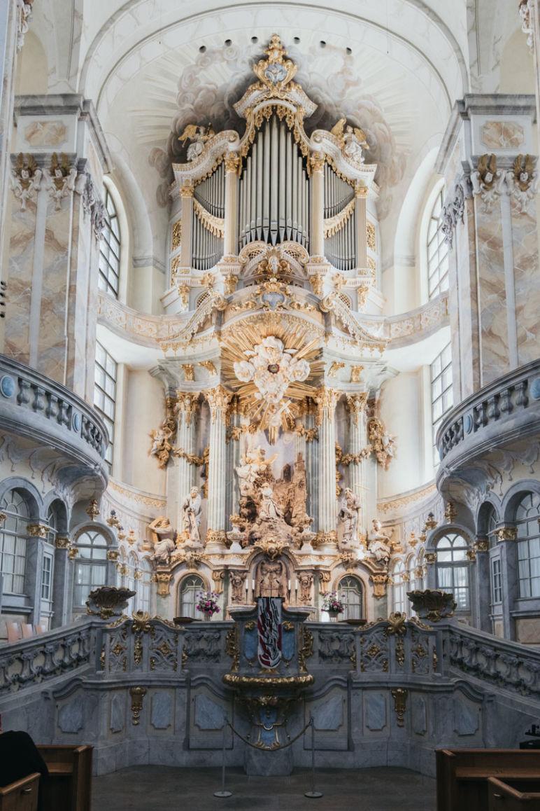 Städtereise Dresden Sehenswürdigkeiten - Die Dresdner Frauenkirche mit Blick auf den Altar mit Silbermannorgel.