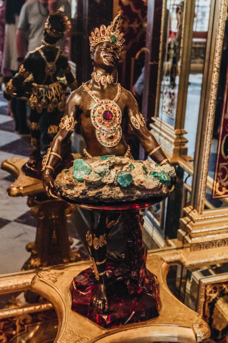 """Städtereise Dresden Sehenswürdigkeiten - """"Mohr"""" Statuette mit Smaragdstufe im Historischen Grünen Gewölbe Dresden"""