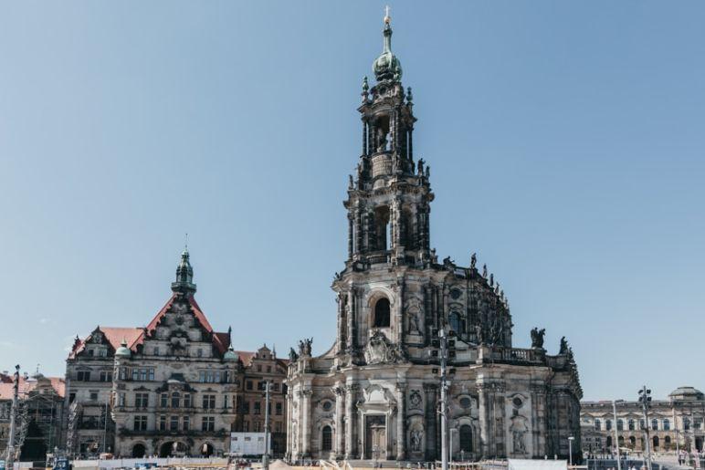 Städtereise Dresden Sehenswürdigkeiten - Die Katholische Hofkirche bzw. Kathedrale des Bistums Dresden-Meissen (rechts) und das Georgentor (links)..